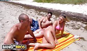 Il a ramassé une blonde sexy sur la plage