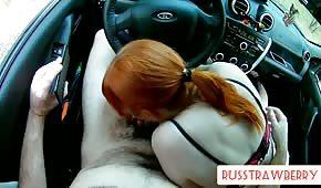 Une chienne fougueuse tire une bite dans la voiture
