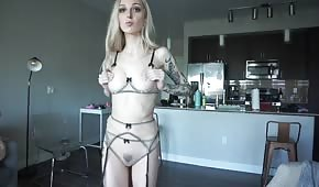 Fille blonde pâle en bikini