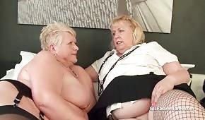 Des lesbiennes grasses et matures caressent leurs pépins