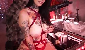 Poussin tatoué aux gros seins