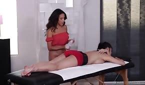 La mulâtre massait les fesses du client
