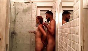 Sexe avec un amateur nu sous la douche