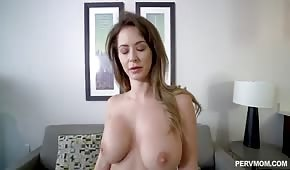 Belle belle-mère a de gros seins