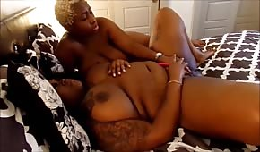La femme noire blonde caressait le corps d'une nana ronde