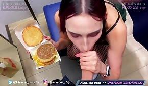 Chick tire une bite d'un hamburger