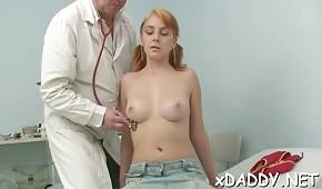 La patiente aux cheveux roux s'est donnée au médecin