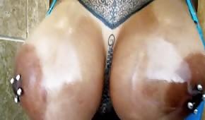 Une salope féroce avec des piercings au mamelon