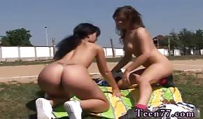 Les femmes sportives s'amusent en plein air