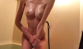 Babe humide se masturbe dans la salle de bain