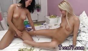 Des filles nues et bronzées s'amusent dans la chambre