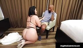 Le gros cupcake tombe à genoux devant l'homme noir