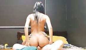 Femme de ménage nue se tortille sur une bite