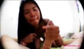 Philippine maigre suce une bite