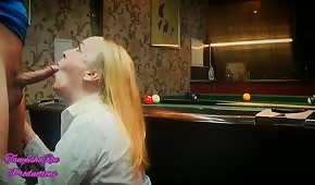 Il a compté une femme russe sur une table de billard