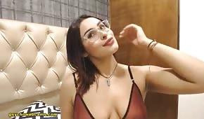 La lunette se caresse sur la webcam de sexe