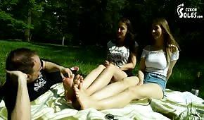 Le mec a léché les jeunes pieds dans le parc