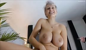 Un déclencheur pour un énorme buste de blonde joyeuse