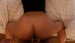 Grosses fesses d'une amatrice baisée par derrière