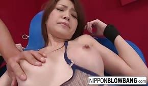 Avec des vibromasseurs sur le corps d'une fille asiatique chaude