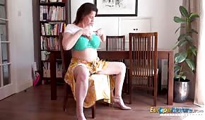 Une britannique mature joue avec ses seins