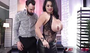 Samantha Mack aime se faire lécher sur ses énormes seins