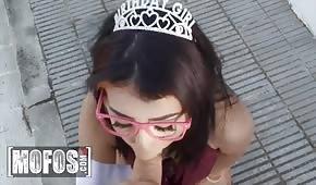 Princesse suce une bite avant d'avoir des relations sexuelles