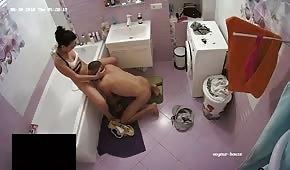 Une chienne fait une pipe dans la salle de bain