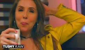 La belle Lena Paul avec un plug anal dans son trou du cul